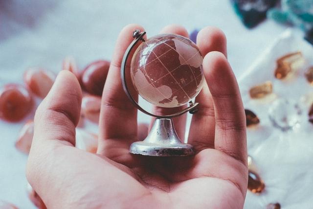 Ilustracja do cytatu Ludwiga Wittgensteina o granicach języka: mały globus umieszczony w ręce