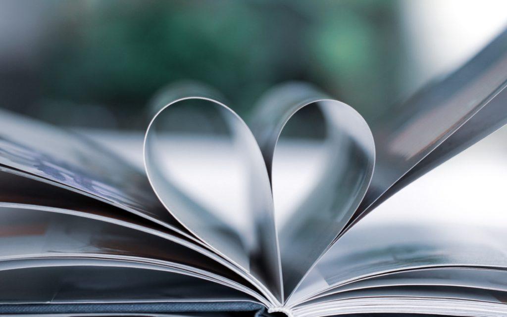 Ilustracja do cytatu Maksyma Gorkiego o tym, że książki mają dobroczynny wpływ na człowieka: strony książki ułożone w serce