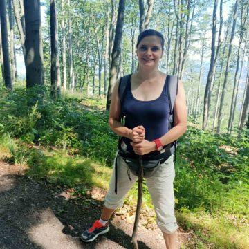Kobieta na szlaku górskim